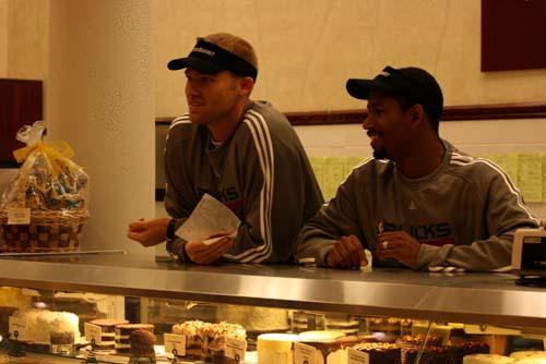 图文:[NBA]雄鹿队员体验商场生活 等待顾客