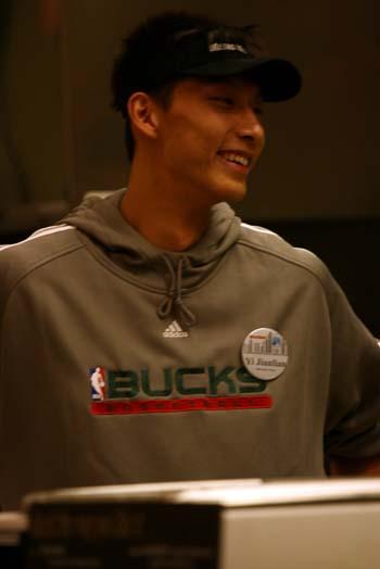 图文:[NBA]雄鹿队员体验商场生活 阿联大笑