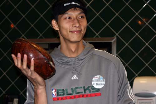 图文:[NBA]雄鹿队体验商场生活 阿联手托面包