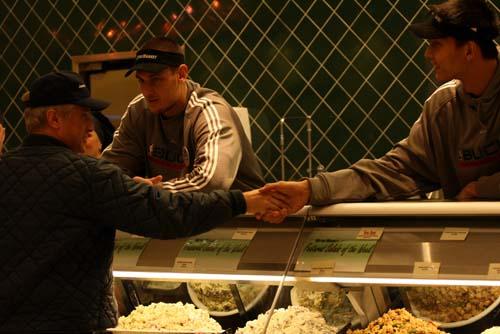 图文:[NBA]雄鹿队员体验商场生活 和顾客握手