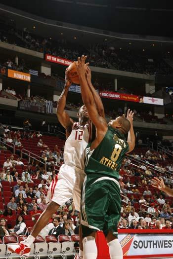 图文:[NBA]火箭胜斯潘新东家 阿尔斯通对抗