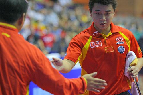 图文:男乒世界杯王皓战胜庄智渊 刘国梁来祝贺