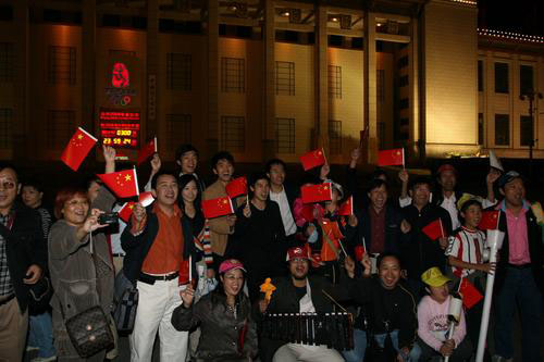 图文:喜迎北京奥运倒计时300天 市民欢庆300天