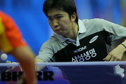 图文:乒球男子世界杯 王皓柳承敏在较量台内球