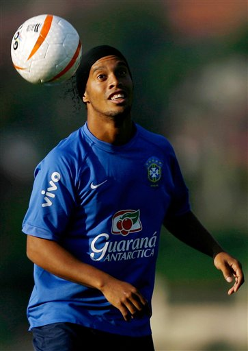 图文:巴西队训练备战世界杯预赛 小罗苦练头球
