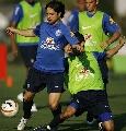 图文:巴西队训练备战世界杯预赛 迭戈突破防守