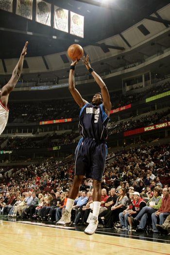 图文:[NBA季前赛]公牛擒小牛 霍华德边线出手
