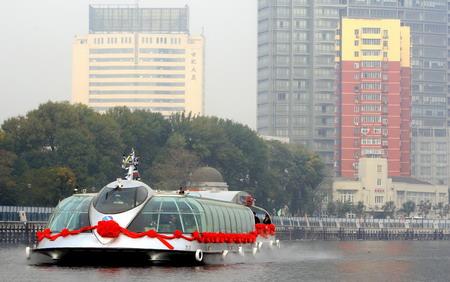 10月12日,景观游船行驶在海河上