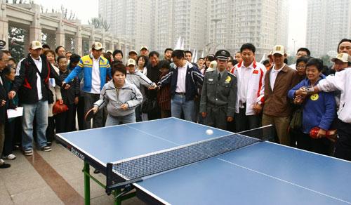 邓亚萍与社区居民打乒乓球