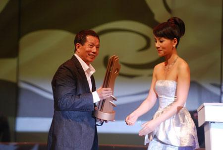 """图文:2007""""中国功夫-全球盛典"""" 刘家良领奖"""