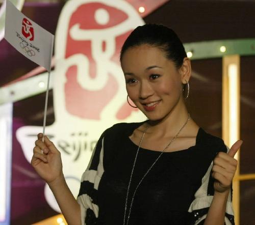 图文:香港迎北京奥运倒计时300天 港姐杨思琦
