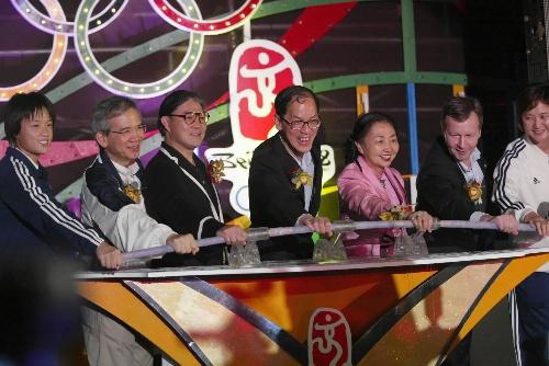 图文:香港迎北京奥运倒计时300天 霍震霆出席