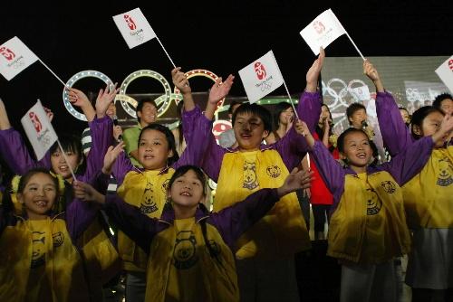 图文:香港庆北京奥运倒计时300天 高唱奥运歌曲