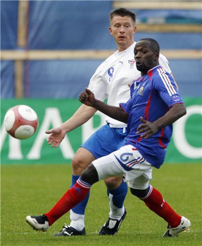 图文:[欧预赛]法罗群岛VS法国 切尔西老臣