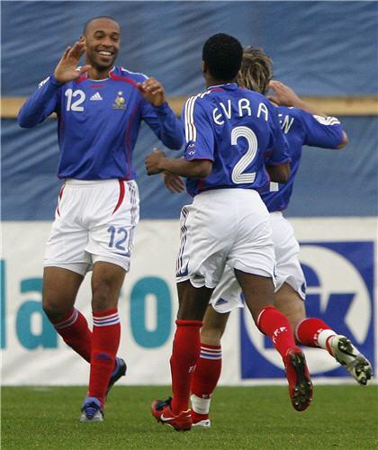 图文:[欧预赛]法罗群岛VS法国 给大哥的祝贺