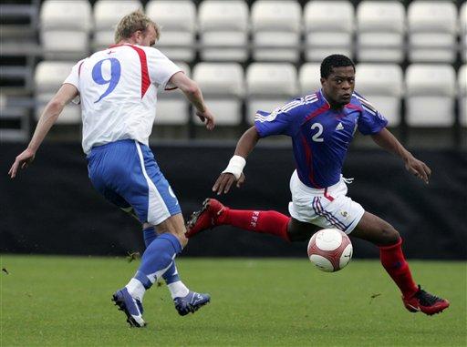 图文:[欧预赛]法罗群岛0-6法国 埃弗拉狂奔