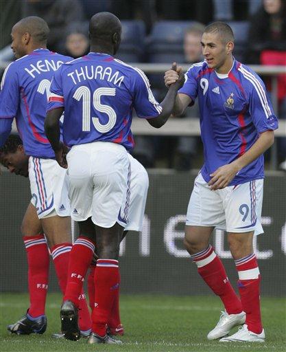 图文:[欧预赛]法罗群岛0-6法国 本泽马得到真传