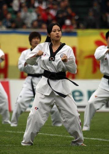 图文:[中甲]成都4-2七斗星 跆拳道表演