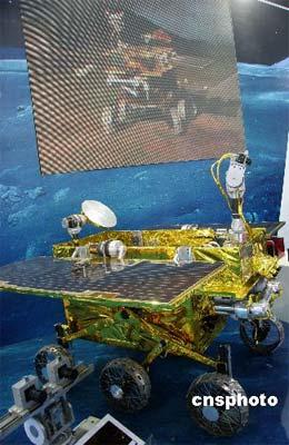 """10月11日,由中国空间技术研究院研制的一款月面巡视探测器(俗称月球车)样机亮相深圳""""高交会"""",它是中国探月二期工程探测系统重要组成部分。第九届深圳高交会将于当晚开幕。 中新社发 孙自法 摄"""