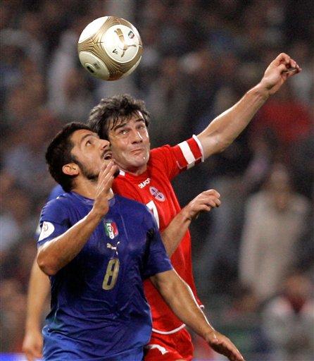 图文:[欧预赛]意大利VS格鲁吉亚 加图索争顶
