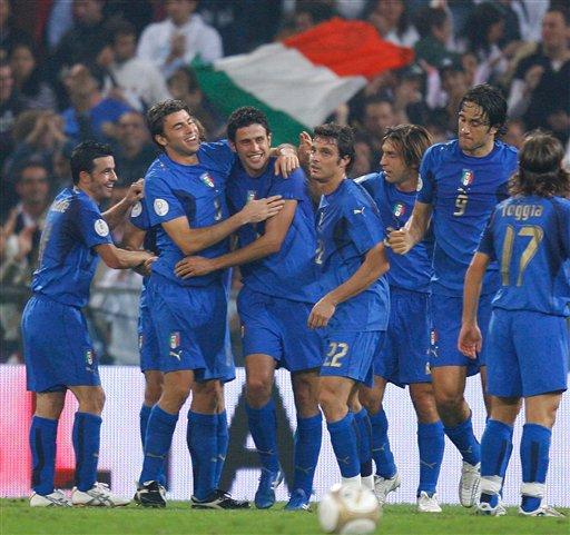 图文:[欧预赛]意大利2-0格鲁吉亚 欢庆胜利