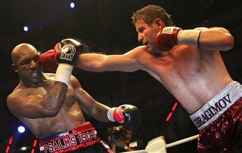 图文:[拳击]WBO拳王争霸赛 霍利菲尔德遭重创