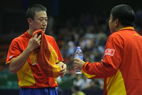 图文:男乒世界杯1/4决赛 刘国梁指导马琳比赛