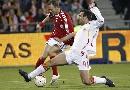 图文:[欧预赛]丹麦1-3西班牙 马切纳奋力铲球