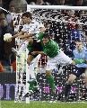 图文:[欧预赛]德国VS爱尔兰 骑着你抢球!