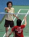 图文:羽球邀请赛女单 谢杏芳夺冠后与朱琳握手