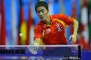图文:男乒世界杯半决赛 王励勤台上搓球过高