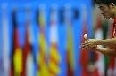 图文:男乒世界杯半决赛 王励勤准备发球
