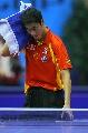 图文:男乒世界杯半决赛 王励勤思考战术变化