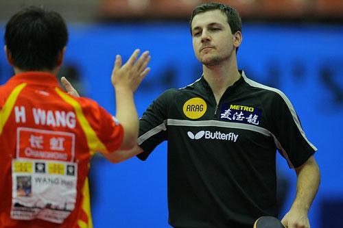 图文:男乒世界杯半决赛 王皓波尔赛后击掌