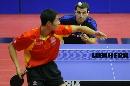 图文:男乒世界杯三四名决赛 王励勤侧身发球
