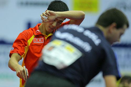 图文:男乒世界杯三四名决赛 王励勤汗洒赛场