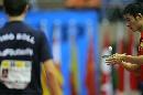 图文:男乒世界杯三四名决赛 王励勤比赛中发球