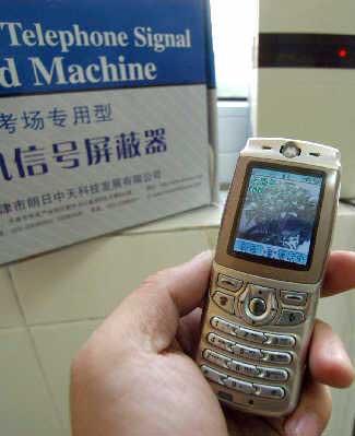 考场专用型手机信号屏蔽器通过特定的电磁信号,在考场内形成一个电篱网,使手机无法接受信号。CFP资料