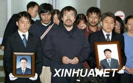 9月2日晨,19名获释的韩国人质抵达韩国仁川机场。至此,除2名遭到杀害的男人质外,其余21名在阿富汗被绑架的韩国人质已全部返回韩国。新华社发(纽西斯通讯社)