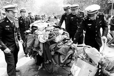 民警清理了很多占道经营的摊位
