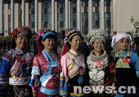 图为出席开幕式的少数民族代表。