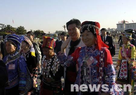 图为出席开幕式的少数民族代表。(新华网 荣忠霞/摄)