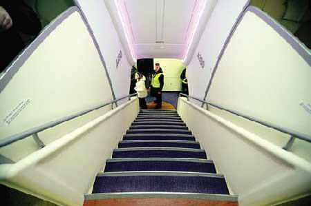 组图:内部空间宽大舒适,驾驶舱设备先进。