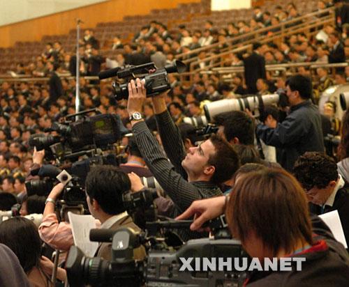 10月15日,中国共产党第十七次全国代表大会在北京人民大会堂隆重开幕。这是记者在现场采访。