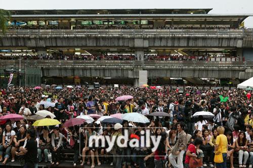 东方神起泰国fans见面会现场人山人海
