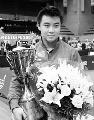 图文:王皓获得世界冠军 萨马兰奇为其颁发奖杯