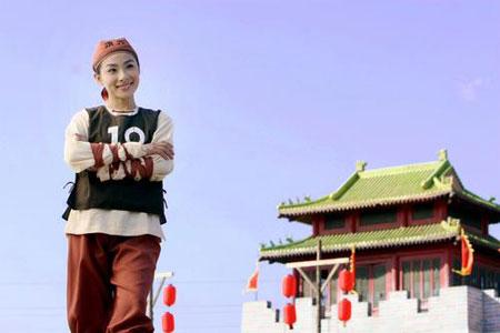 """图文:刘璇上""""平衡木""""体会快乐奥运 甜美一笑"""