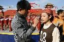 图文:刘璇大秀平衡木绝技 化妆师为美女补妆