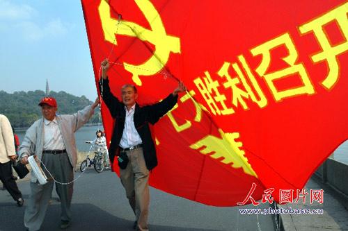 杭州弄潮儿风筝俱乐部制作的风筝准备放飞。