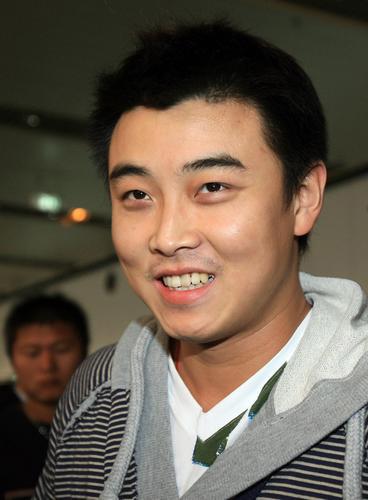 图文:[乒乓球]男乒载誉回国 王皓意气风发